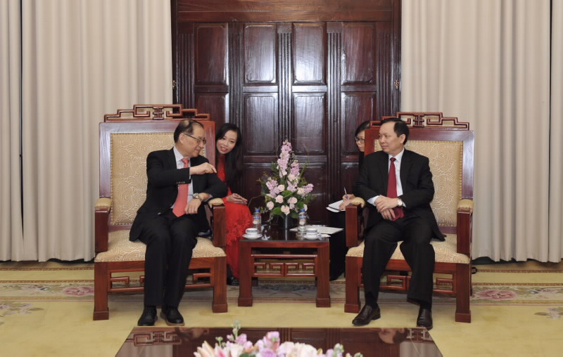 Deputy Governor Dao Minh Tu meets former Chairman of the China Banking Regulatory Commission